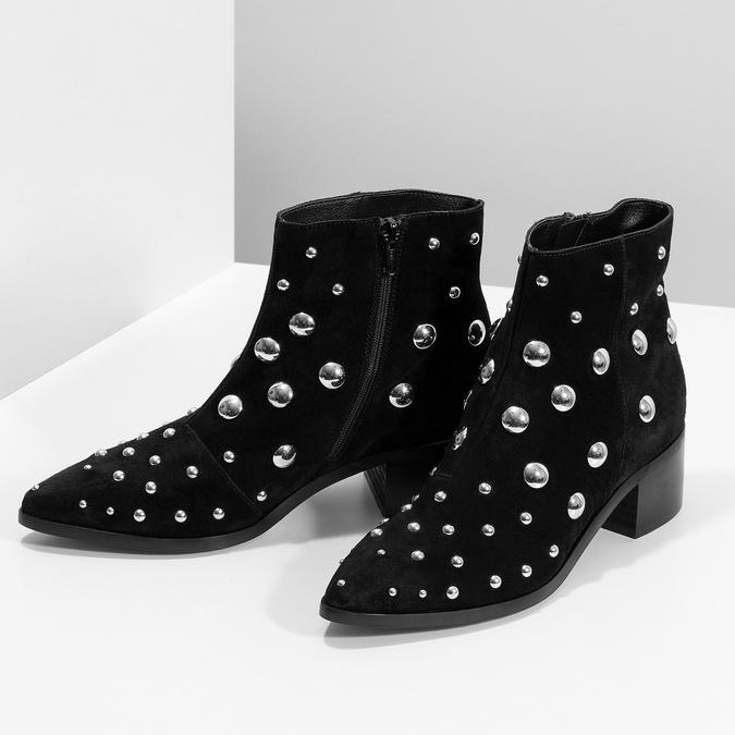 Kotníčkové kožené kozačky s kovovými cvoky bata, černá, 693-6605 - 16